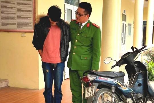 Bắt giữ đối tượng 17 tuổi trong vụ cướp giật, chém người ở Hà Nội