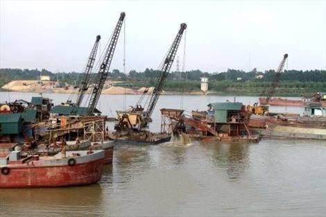 """Bắt giữ 11 tàu và nhóm """"bảo kê"""" hút cát trái phép trên sông Hồng"""