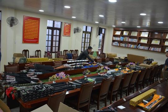 Quảng Ninh: Phát hiện kho đao, kiếm, dùi cui điện