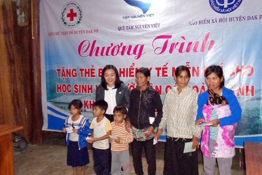 Huyện Đắk Pơ (Gia Lai): Tặng thẻ BHYT giúp bà con đồng bào Bana hoàn cảnh khó khăn