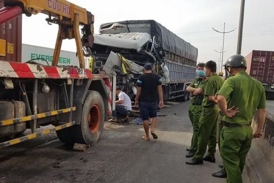 Đâm mạnh vào đuôi xe đầu kéo, tài xế xe tải tử vong