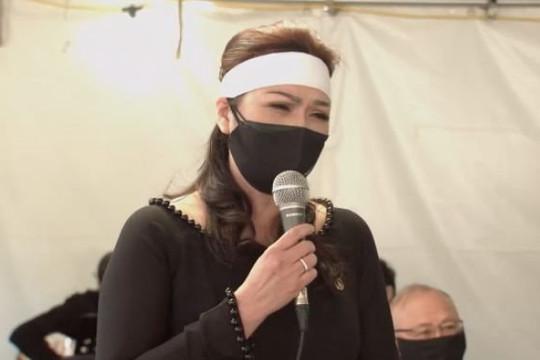 Ca sĩ Phương Loan khóc nghẹn và cất tiếng hát vĩnh biệt chồng trong ngày an táng