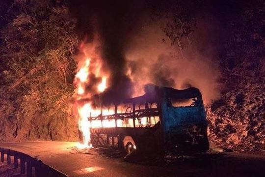 Cháy xe khách đang chạy, 6 người trên xe thoát chết