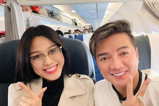 Đàm Vĩnh Hưng tình cờ bay chung chuyến với Hoa hậu Đỗ Thị Hà và có màn nhận xét vô cùng bất ngờ