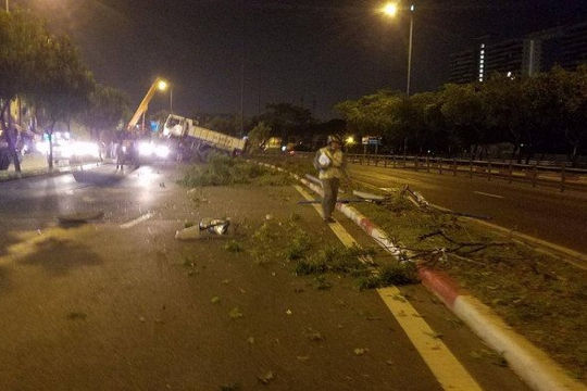 Xe ben húc đổ nhiều cây xanh, 1 làn đường Võ Văn Kiệt bị phong tỏa