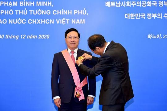 Phó Thủ tướng Phạm Bình Minh được Hàn Quốc trao tặng Huân chương Quang Hoa