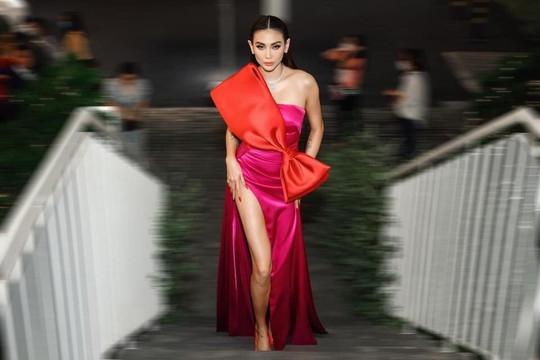 Siêu mẫu Võ Hoàng Yến diện váy xẻ cao đeo thêm bộ trang sức tiền tỷ phải có 3 vệ sĩ đi theo