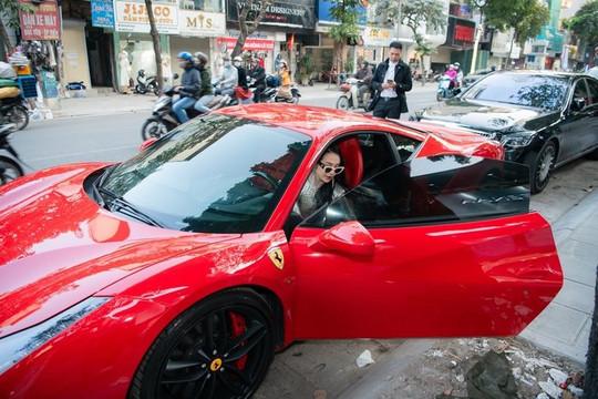 Hương Baby dát hàng hiệu, lái siêu xe dự sự kiện