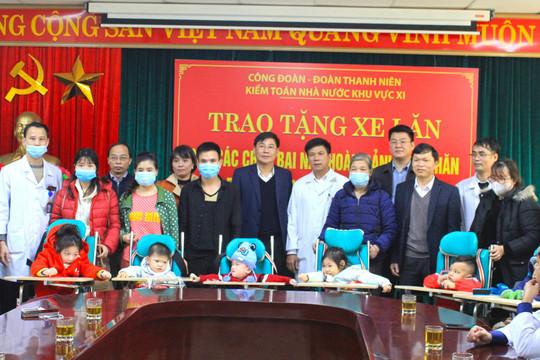Kiểm toán Nhà nước khu vực XI trao tặng xe lăn cho các cháu bại não tại Bệnh viện Nhi Thanh Hóa