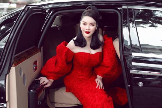 Lý Nhã Kỳ ngồi siêu xe đi xem thời trang