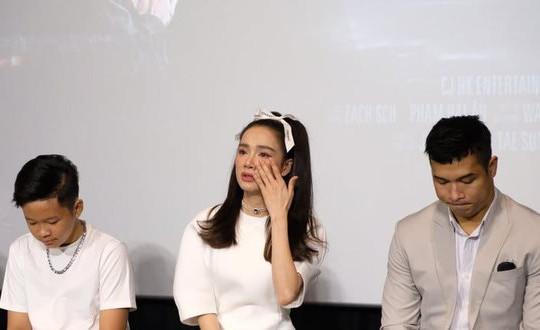 Netizen tranh cãi khi Nhã Phương khóc vì tới muộn buổi họp báo phim 'Song song'