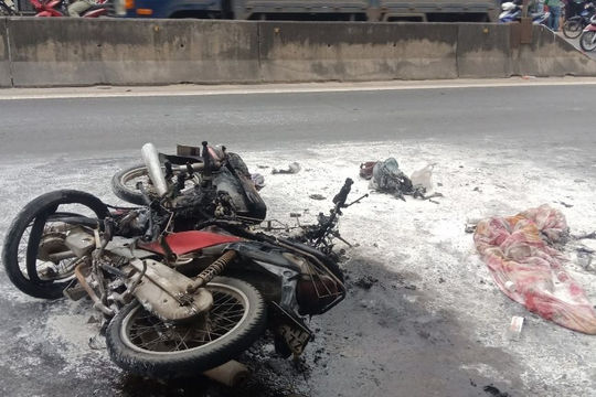 Hai xe máy bốc cháy ngùn ngụt sau va chạm
