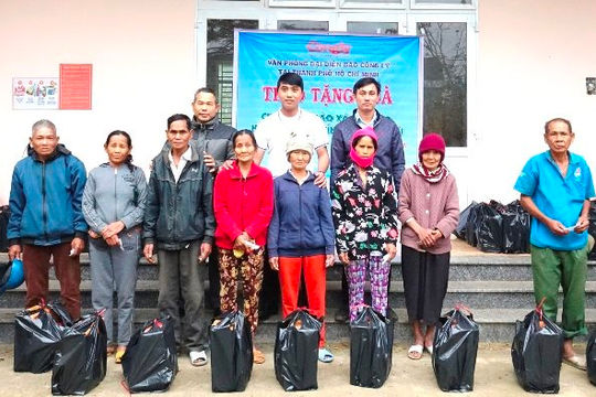 Báo Công lý trao tặng quà Tết cho người dân vùng cao