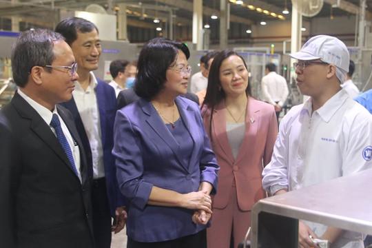 Phó Chủ tịch nước Đặng Thị Ngọc Thịnh tặng quà cho công nhân