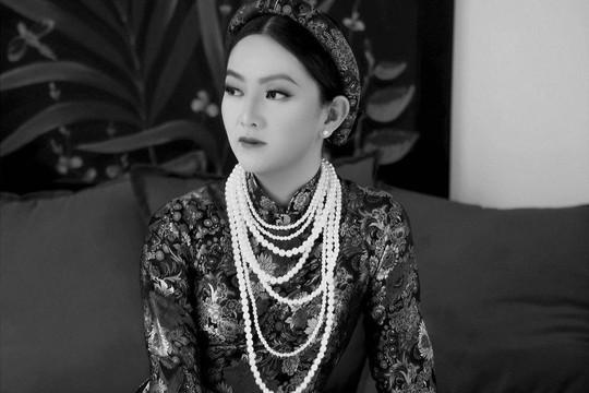 Doanh nhân Thái Thiên Hồng Đào thần thái trong trang phục áo dài cổ điển