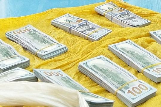 Bắt giữ đối tượng vác bao tải chứa 86.200 USD qua Campuchia
