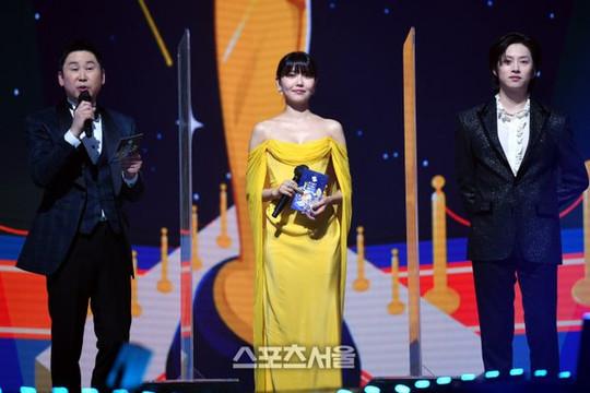Thảm đỏ Seoul Music Awards 2021 quy tụ hàng loạt ngôi sao đình đám của làng nhạc Hàn Quốc