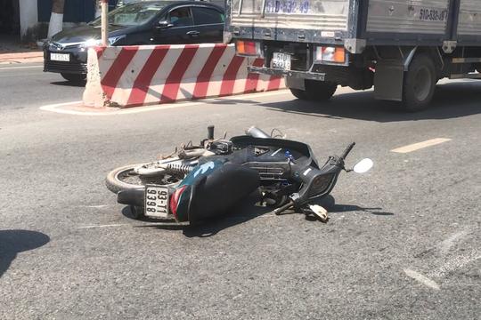 Xe máy va chạm với xe tải, 2 ông cháu tử vong