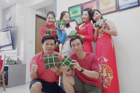 Người Việt tại Singapore cùng nhau gói bánh chưng thiện nguyện mùa Covid
