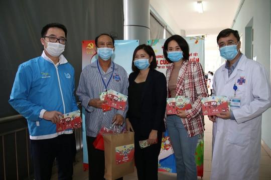 Gần 800 phần quà ý nghĩa dành cho bệnh nhân có hoàn cảnh khó khăn về quê đón Tết
