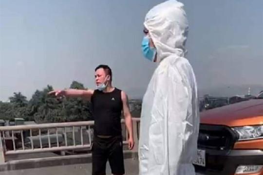 Không qua được chốt phòng dịch, nam tài xế đấm CSGT chảy máu mũi