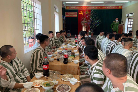 Bữa cơm đặc biệt trong trại tạm giam