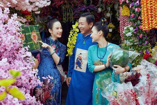 """Bộ ảnh chị em """"Angela Phương Trinh"""" đi chợ Tết cùng ba đẹp ngất ngây"""