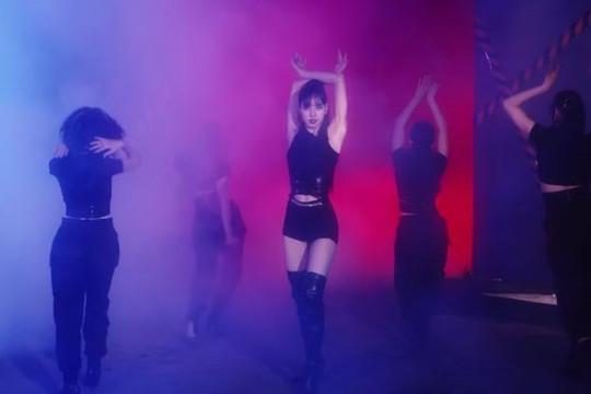 """Lisa (BlackPink) tung video vũ đạo """"đốt mắt"""" trong ngày đầu năm mới"""