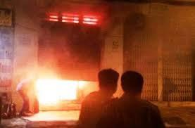 Ghen tuông, đổ xăng đốt cửa hàng khiến hai người bỏng nặng
