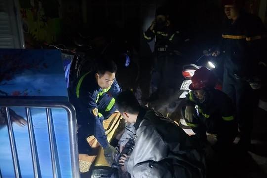 Cứu 1 người thoát khỏi đám cháy nhà 5 tầng trong đêm