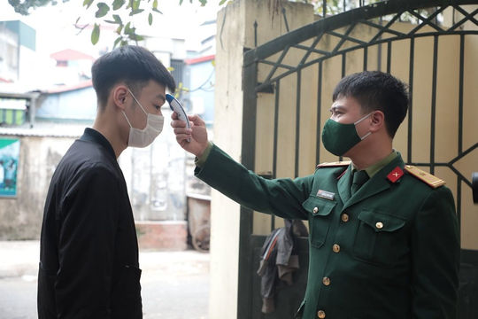 Thanh niên Hà Nội xét nghiệm COVID-19 trước khi nhập ngũ