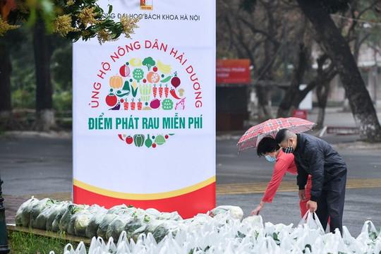 Sinh viên, giảng viên ĐH Bách khoa Hà Nội đội mưa giải cứu hơn 10 tấn nông sản cho Hải Dương