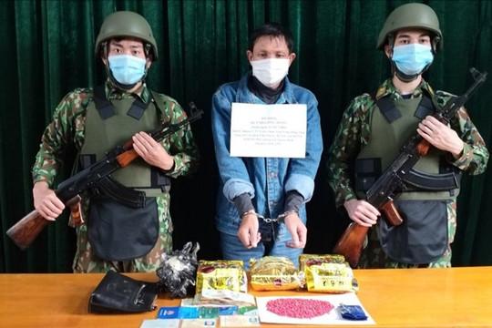 """""""Ông trùm"""" ôm 3kg ma túy đá, 800 viên ma túy tổng hợp qua biên giới Việt Nam"""