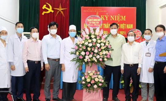 Vĩnh Phúc: Lãnh đạo thành phố Vĩnh Yên thăm, động viên cán bộ ngành y tế nhân ngày Thầy thuốc Việt Nam