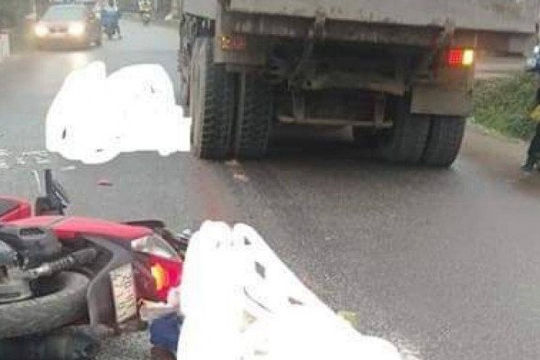 Bị xe tải chèn qua người sau khi tự ngã, 2 người thương vong