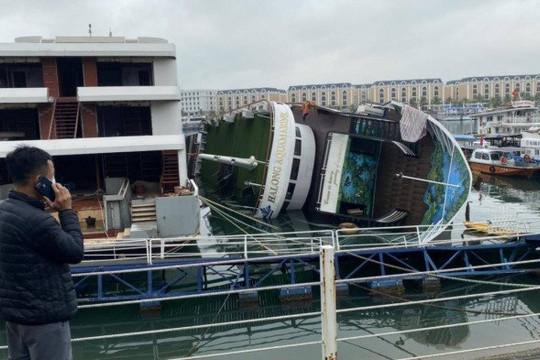 Đang neo đậu trong cảng, tàu du lịch bất ngờ bị lật nghiêng trên vịnh Hạ Long