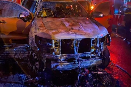 Xe bán tải nổ lốp rồi kéo lê xe máy khiến 2 phương tiện bốc cháy, 1 người tử vong