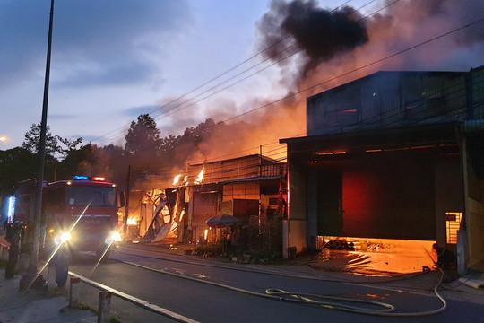 Cháy lớn thiêu rụi 3 xưởng sản xuất và 3 ki ốt