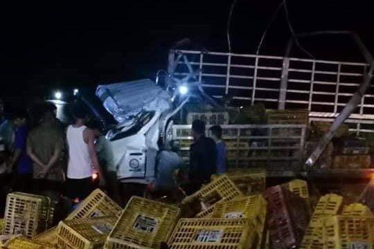Xe tải bất ngờ bị lật, 3 người thương vong