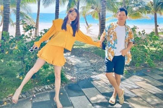 Vợ chồng Trường Giang – Nhã Phương đăng ảnh tay trong tay bên bãi biển