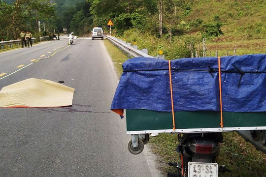 Điều tra nguyên nhân tử vong của nam thanh niên nằm trên đường