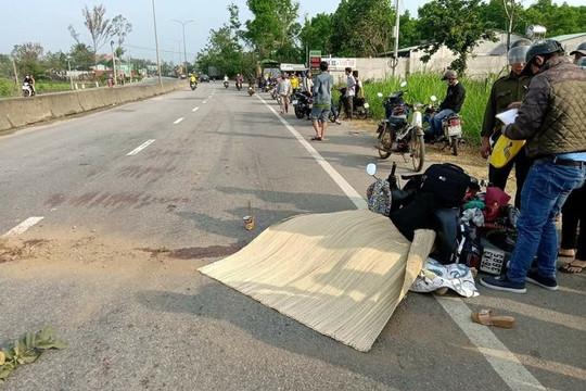 Quay lại nhặt mũ bảo hiểm, người phụ nữ bị xe tải tông tử vong
