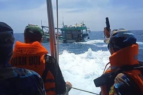 Nổ súng truy bắt tàu cá vận chuyển 3.000 lít dầu không rõ nguồn gốc