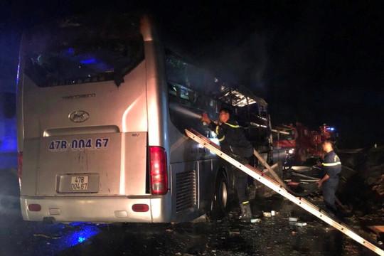 Cháy xe khách giường nằm, 11 người may mắn thoát chết