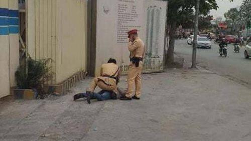 Xin bỏ qua lỗi không được, tài xế tấn công CSGT
