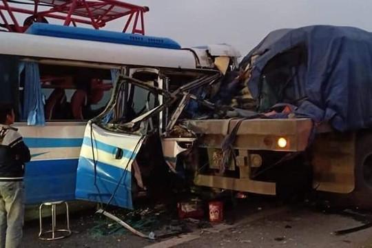 Xe khách đi lễ chùa đâm xe đầu kéo, hơn 20 người thương vong