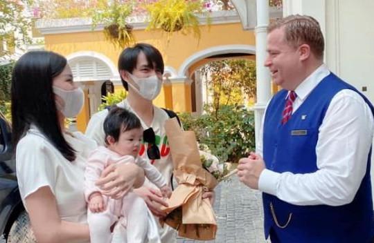 Đông Nhi lần đầu đưa con gái Winnie đi sự kiện
