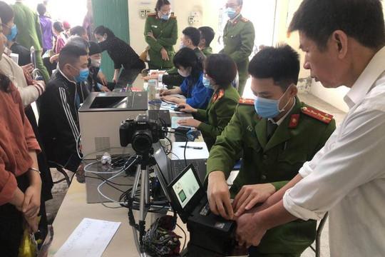 Hình ảnh chiến sĩ Công an giúp đỡ người dân làm căn cước công dân