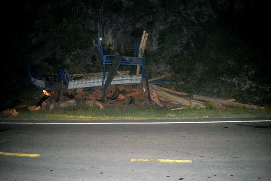 Xe tải chở keo đâm thẳng vào vách núi, 7 người tử vong