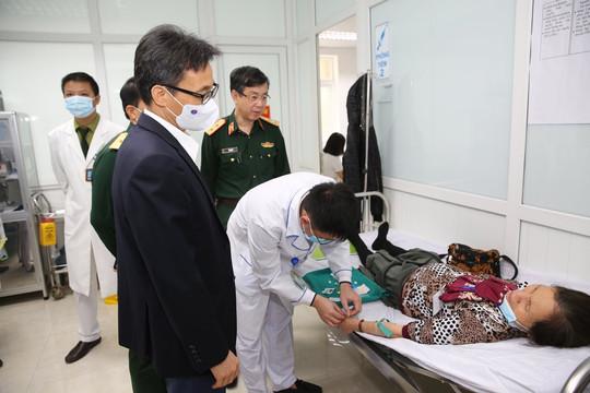 Phó thủ tướng Vũ Đức Đam tiêm thử nghiệm vaccine Nano Covax và động viên các tình nguyện viên
